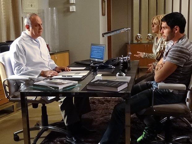 Teodora e Wallace ouvem o diagnóstico do médico (Foto: Fina Estampa / TV Globo)