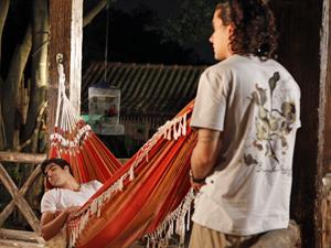 Daniel quase não acredita no que o amigo falou (Foto: Fina Estampa/TV Globo)