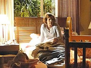 Ela acorda sobressaltada (Foto: A Vida da Gente / TV Globo)