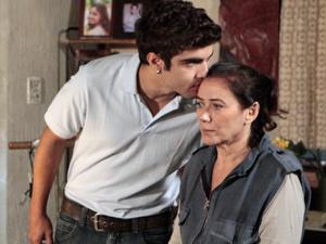 Antenor beija a mãe (Foto: Fina Estampa/ TV Globo)