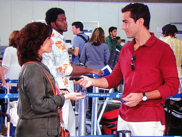 Claudia pede celular de Vicente emprestado (Foto: Aquele Beijo/TV Globo)