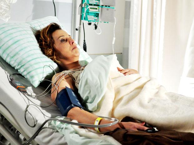 Eva não resiste ao saber que Ana está em coma e é hospitalizada (Foto: A Vida da Gente - Tv Globo)