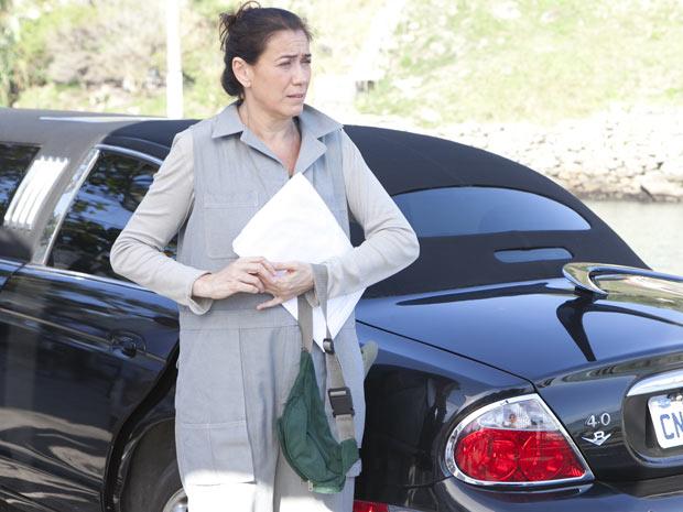 Griselda sai do carro e conta que ganhou o passeio de brinde (Foto: Fina Estampa/ TV Globo)