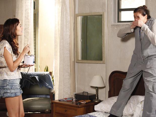 Griselda tenta escapar da filha na hora de depilar o buço (Foto: Fina Estampa/TV Globo)