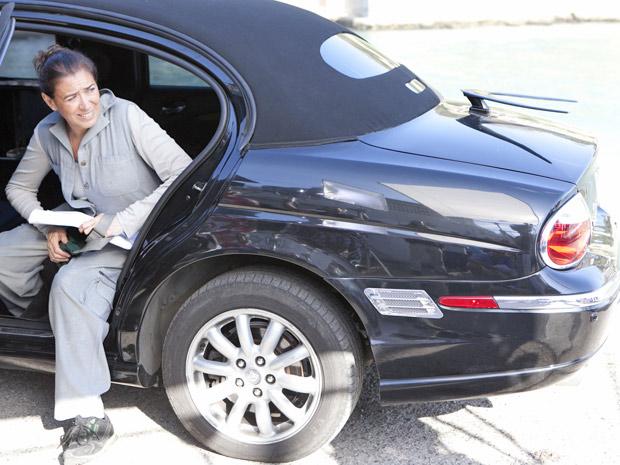 Griselda chega de limusine após resolver sua situação como nova rica no banco (Foto: Fina Estampa/TV Globo)