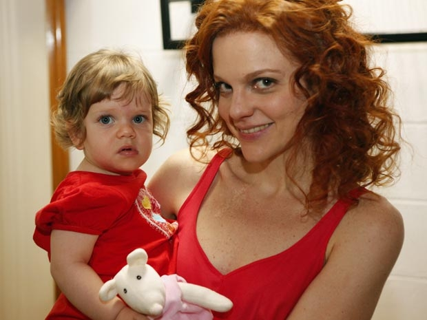 Maria Eduarda conta seus planos com a pequena Luisa para o Dia das Crianças (Foto: A Vida da Gente - Tv Globo)