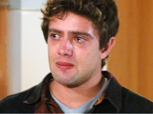Arrasado, Rodrigo foge do hospital para ficar sozinho (Foto: A Vida da Gente - Tv Globo)