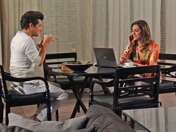 Ao lado de Crô, Tereza Cristina conta para René que já está sendo requisitada como cerimonialista (Foto: Fina Estampa/TV Globo)