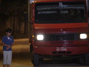Caminhoneiro enconta para falar com o menino (Foto: Fina Estampa/ TV Globo)