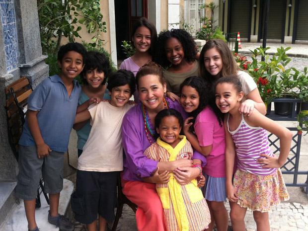 A atriz Claudia Jimenez com as crianças do elenco de Aquele Beijo (Foto: Aquele Beijo/TV Globo)