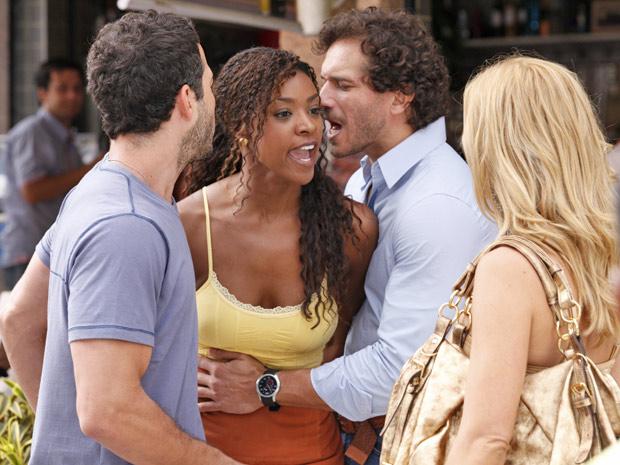 Dagmar se irrita com a ex de Quinzé e tenta partir para cima dela (Foto: Fina Estampa/TV Globo)