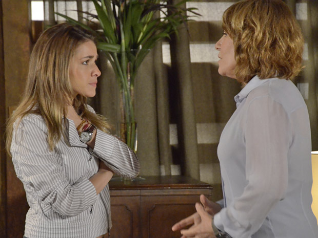 Beatriz tenta consolar Danielle (Foto: Fina Estampa/TV Globo)