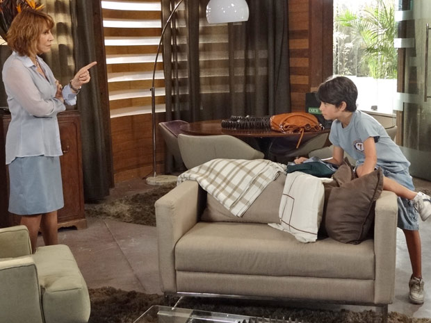 Danielle manda Pedro Jorge ficar no quarto, sem brinquedos (Foto: Fina Estampa/TV Globo)