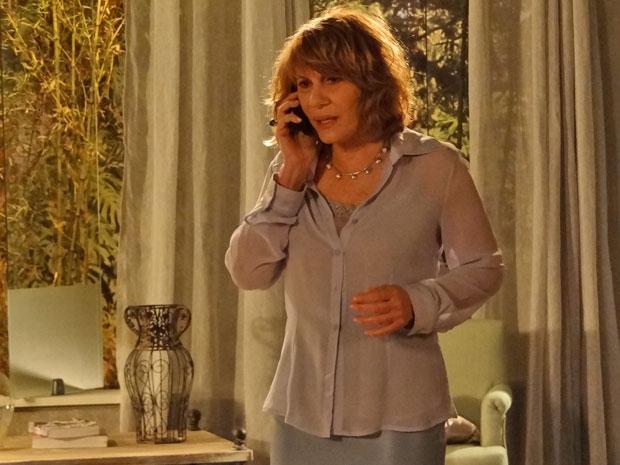 Celina ameaça Danielle por telefone e avisa que está a caminho do Rio de Janeiro (Foto: Fina Estampa/ TV Globo)