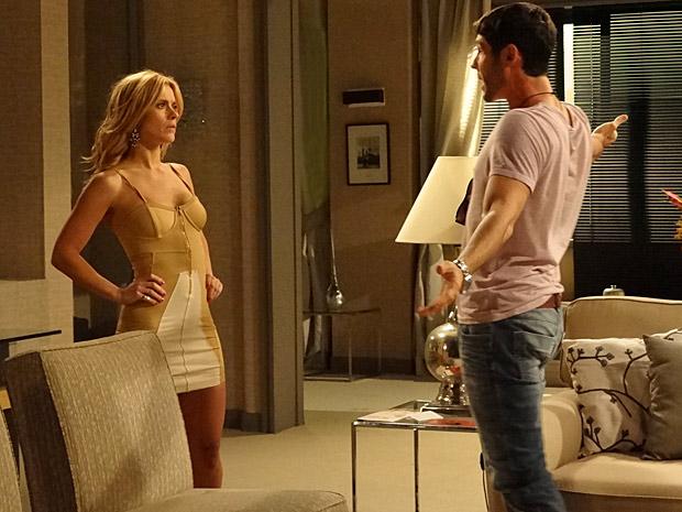 Teodora e Wallace discutem sobre dinheiro e os planos da loira (Foto: Fina Estampa/ TV Globo)