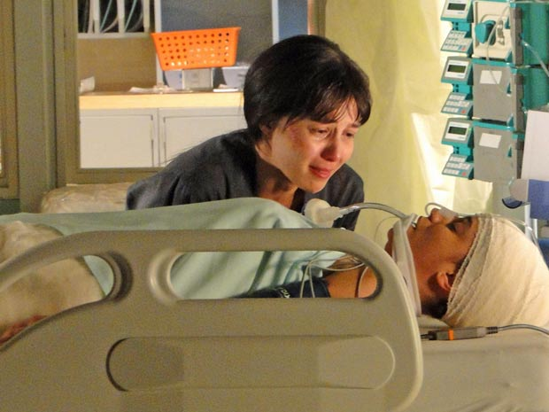 Manu se emociona no encontro com a irmã (Foto: A Vida da Gente / TV Globo)