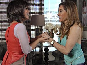 Tereza Cristina comemora matéria de página inteira (Foto: Fina Estampa/ TV Globo)