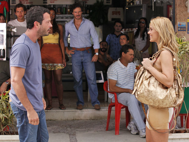 Teodora chega no momento em que Quinzé está gritando para o mundo que ficou rico (Foto: Fina Estampa/TV Globo)