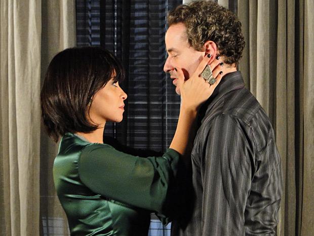 Paulo desabafa com Marcela e acaba sendo enfeitiçado por ela (Foto: Fina Estampa/ TV Globo)
