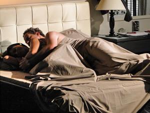 Paulo e Marcela dormem juntos na mansão Velmont (Foto: Fina Estampa/ TV Globo)