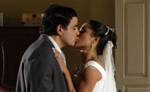 Xavier não aguenta esperar e beija Maria João antes mesmo do casório (Morde & Assopra/TV Globo)