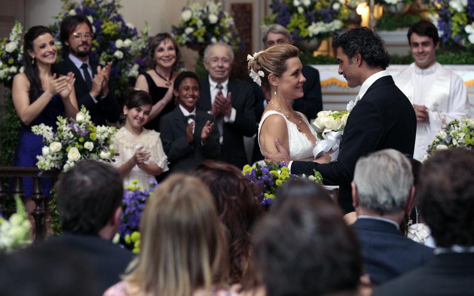 Sob o olhar atento dos padrinhos, os noivos trocam juras de amor