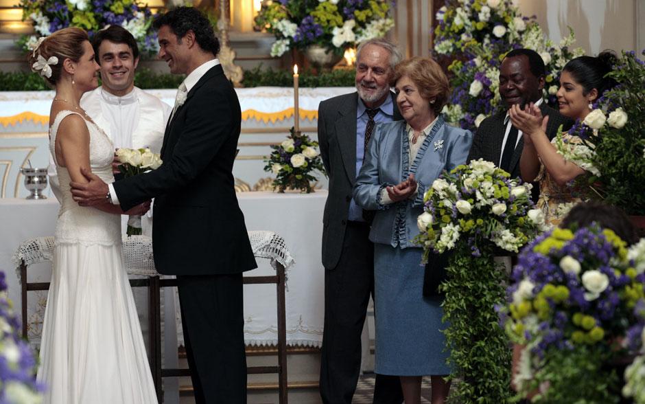 Padre Francisco comanda a cerimônia de casamento