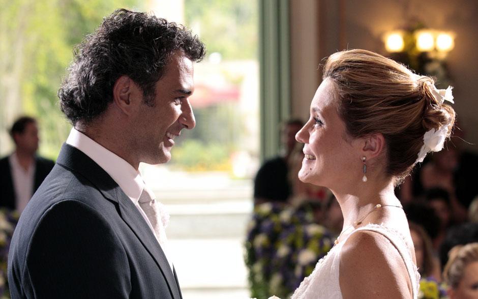 Abner e Júlia trocam olhares apaixonados