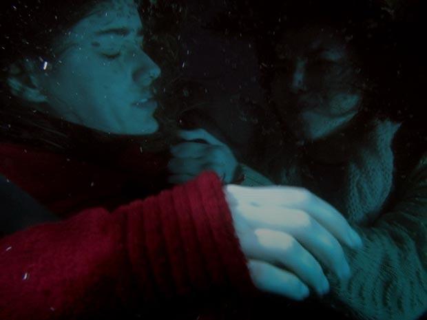 Manu tenta salvar Ana, mas não consegue (Foto: A Vida da Gente - Tv Globo)