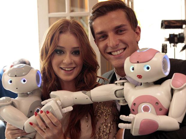 Marina Ruy Barbosa e Klebber Toledo se divertem com robôs (Foto: Morde & Assopra/TV Globo)