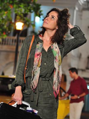 Claudia vai abusar de echarpes (Foto: Aquele Beijo/TV Globo)