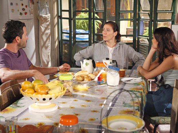 Quinzé e Amália lembram a mãe de que agora ela é uma milionária (Foto: Fina Estampa/TV Globo)