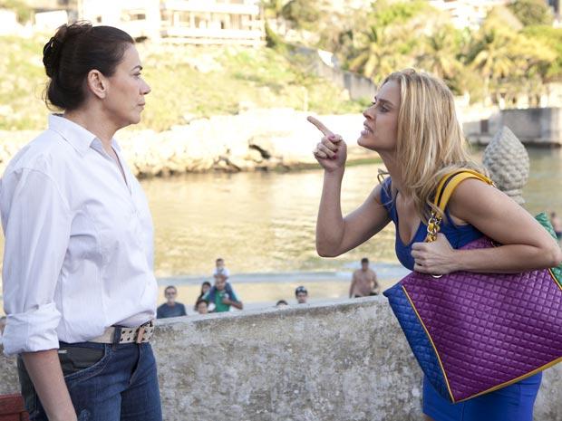Teodora briga com Griselda para tentar ver Quinzinho (Foto: Fina Estampa / TV Globo)