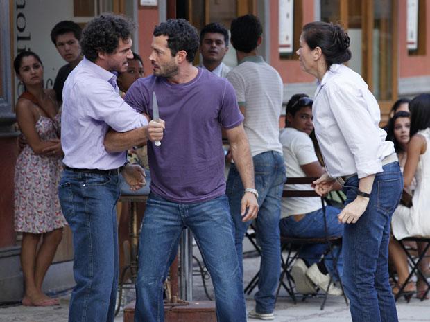 O balconista sai correndo com um facão, mas é detido por Guaracy  (Foto: Fina Estampa/TV Globo)