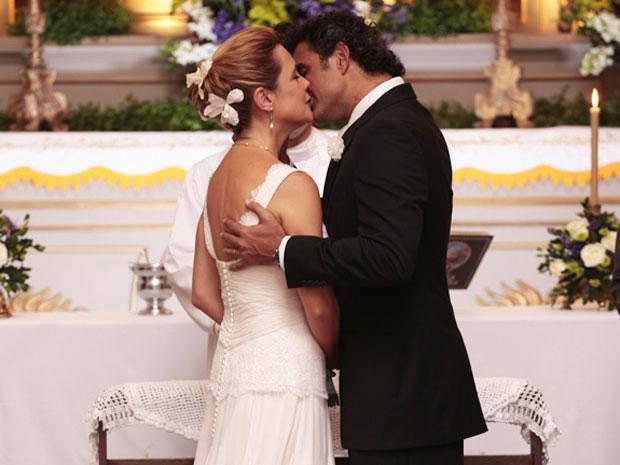 Júlia e Abner se entregam ao amor (Foto: Morde e Assopra / TV Globo)