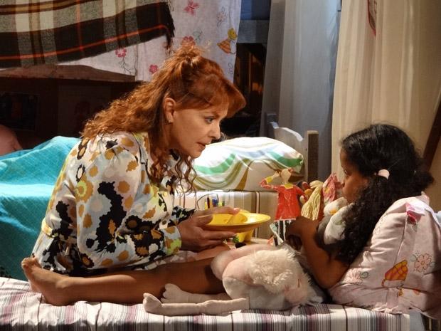 Olga ameaça Cléo, que fica apavorada (Foto: Aquele Beijo/TV Globo)