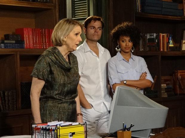 Otília fica aflita com a notícia que Cléo está machucada (Foto: Aquele Beijo/TV Globo)
