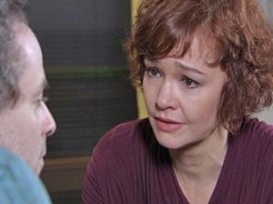 Esther sofre por não conseguir se entender com o marido (Foto: Fina Estampa/TV Globo)