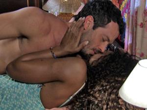 Quinzé e Dagmar namoram no quarto dela (Foto: Fina Estampa/TV Globo)