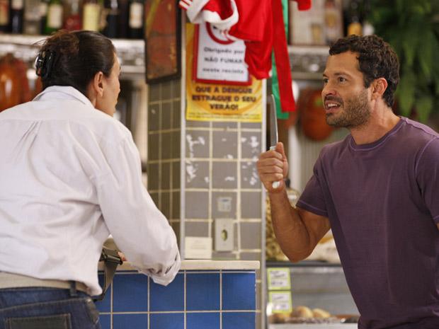 Quinzé fica desesperado ao saber que Teodora esteve em sua casa (Foto: Fina Estampa/TV Globo)