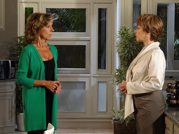 Maruschka se surpreende quando Regina volta a falar do filho que teve antes de se casar com Alberto (Foto: Aquele Beijo/TV Globo)