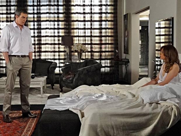 René encara Tereza Cristina e ela percebe que a conversa será séria (Foto: Fina Estampa/TV Globo)
