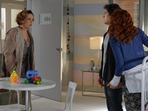 Com o apoio de Nanda, Rodrigo enfrenta Eva (Foto: A Vida da Gente - Tv Globo)