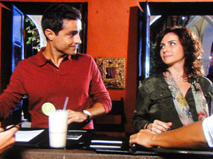 Vicente e Claudia fazem check-in (Foto: Aquele Beijo/TV Globo)