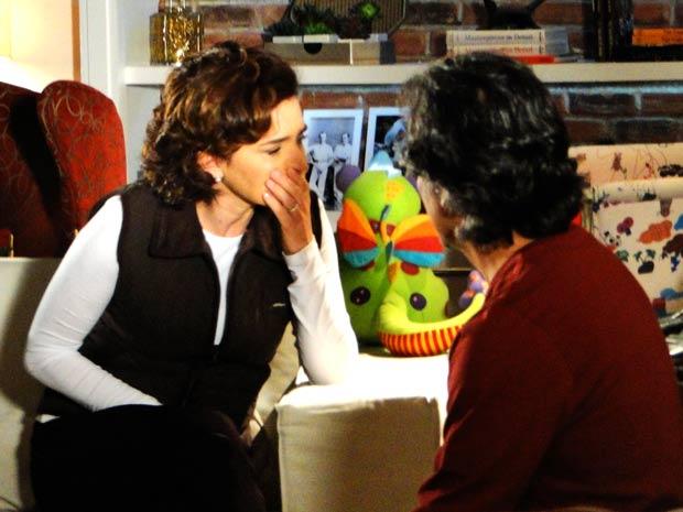 A treinadora chora a perda de sua promessa de sucesso (Foto: A Vida da Gente / TV Globo)