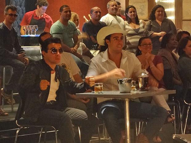 Xavier e Josué se divertem com o show de Áureo e Élcio/Elaine (Foto: Morde & Assopra/TV Globo)