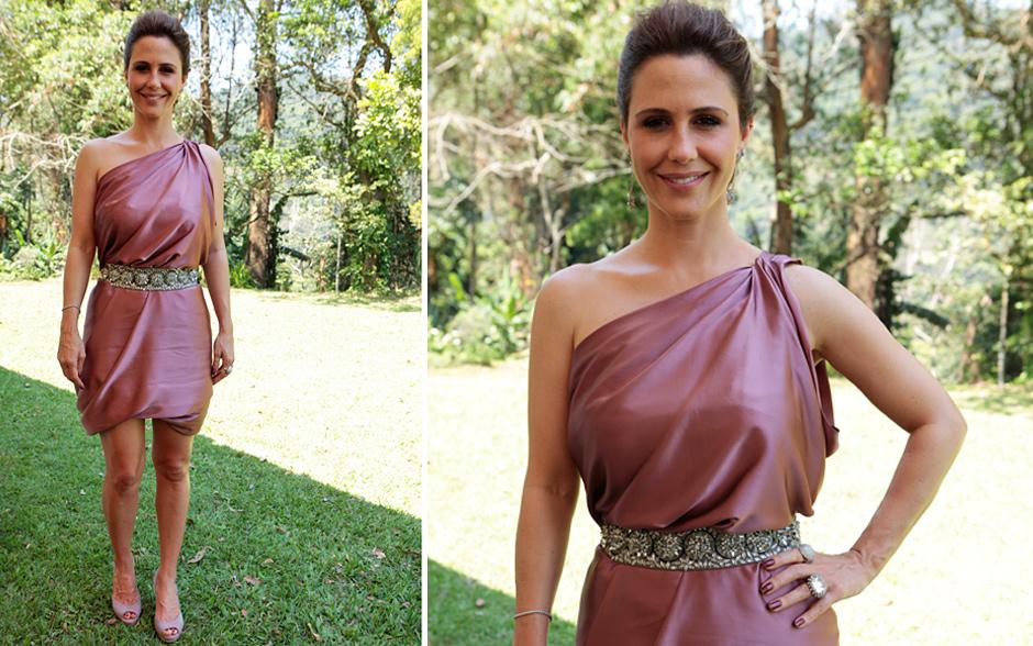 Guilhermina Guinle posou como Beatriz, usando um elegante vestido de cetim cor de rosa salmão