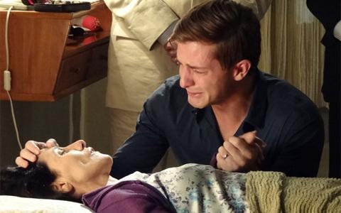 Frágil, Dulce morre de mãos dadas com o filho (Morde e Assopra / TV Globo)