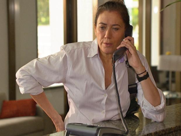 Griselda espera Teodora na portaria do hotel onde a ex-nora está hospedada (Foto: Fina Estampa/TV Globo)