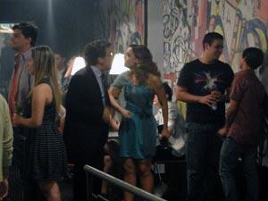 Jonas arrasta Cris para fora do bar e cede à pressão (Foto: A Vida da Gente - Tv Globo)